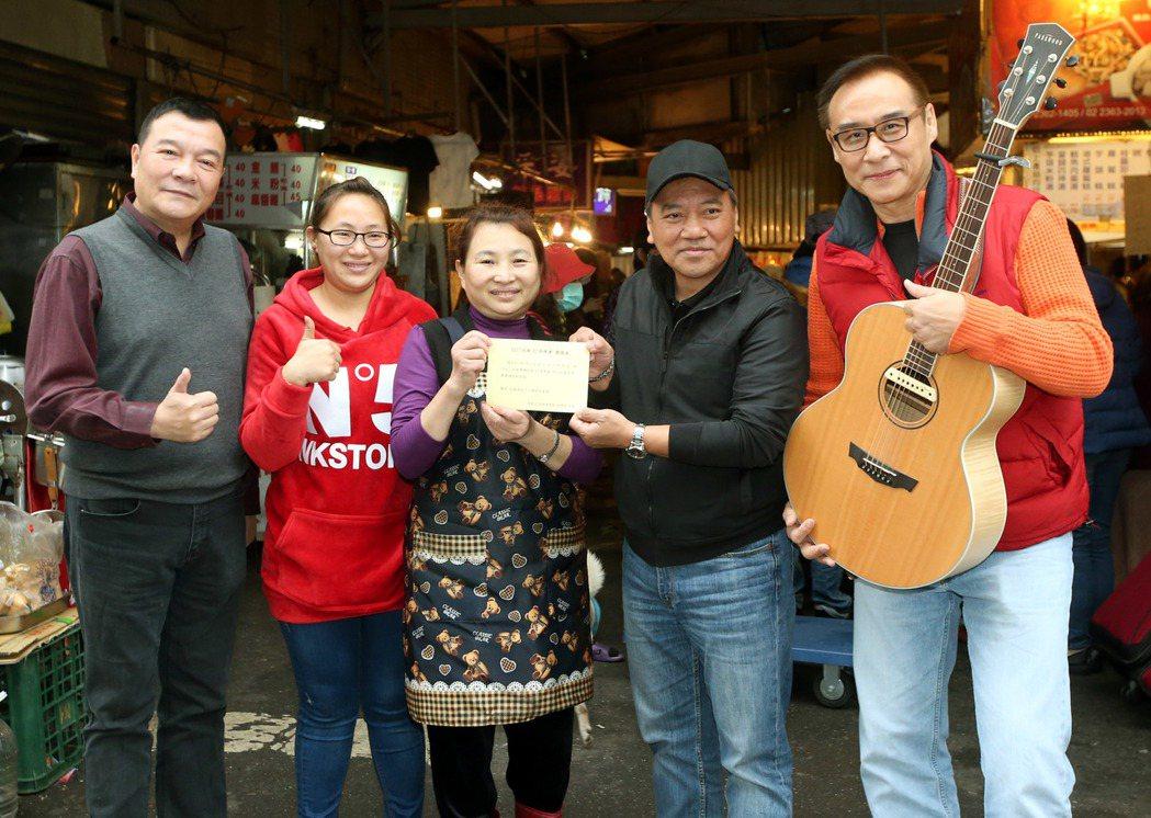 民歌手施孝榮、李明德、 王瑞瑜到台北市古亭市場,贈送邀請卡給經營油飯的攤商吳媽媽...