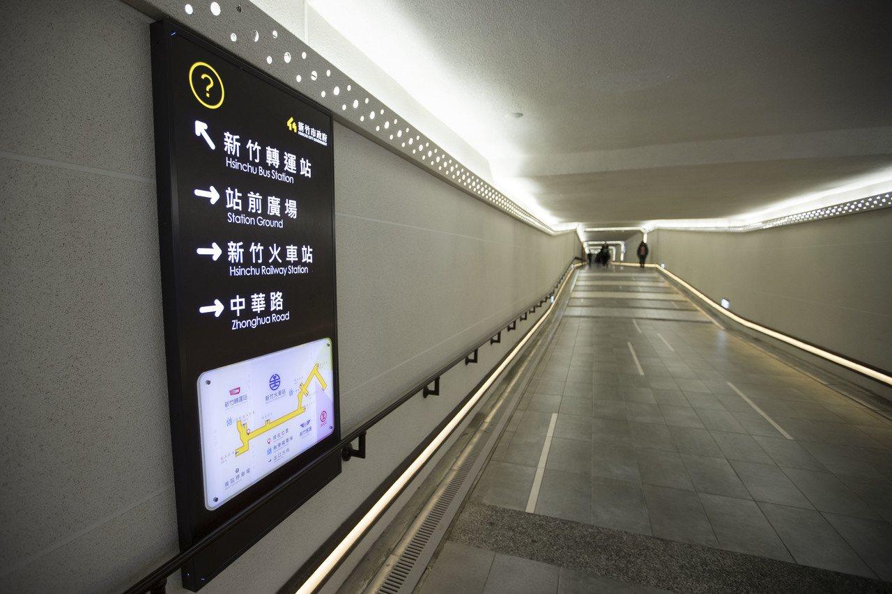 新竹火車站前後站地下道標示字牌放大,避免民眾「走錯路」。記者林家琛/攝影