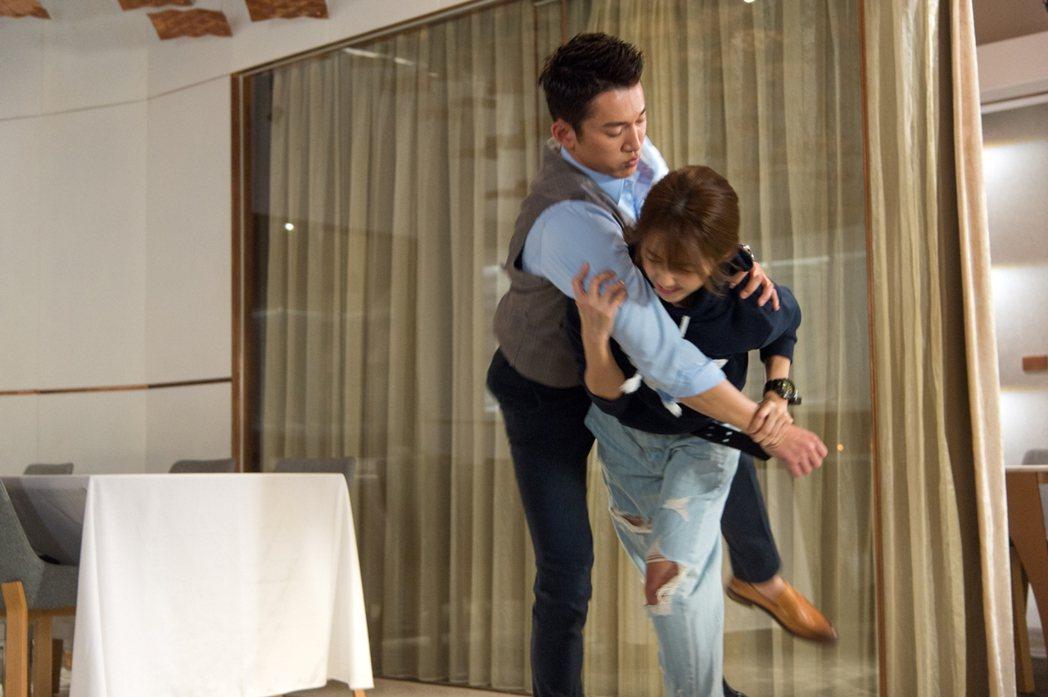 邵雨薇(左)和吳慷仁上演過肩摔。圖/三立提供