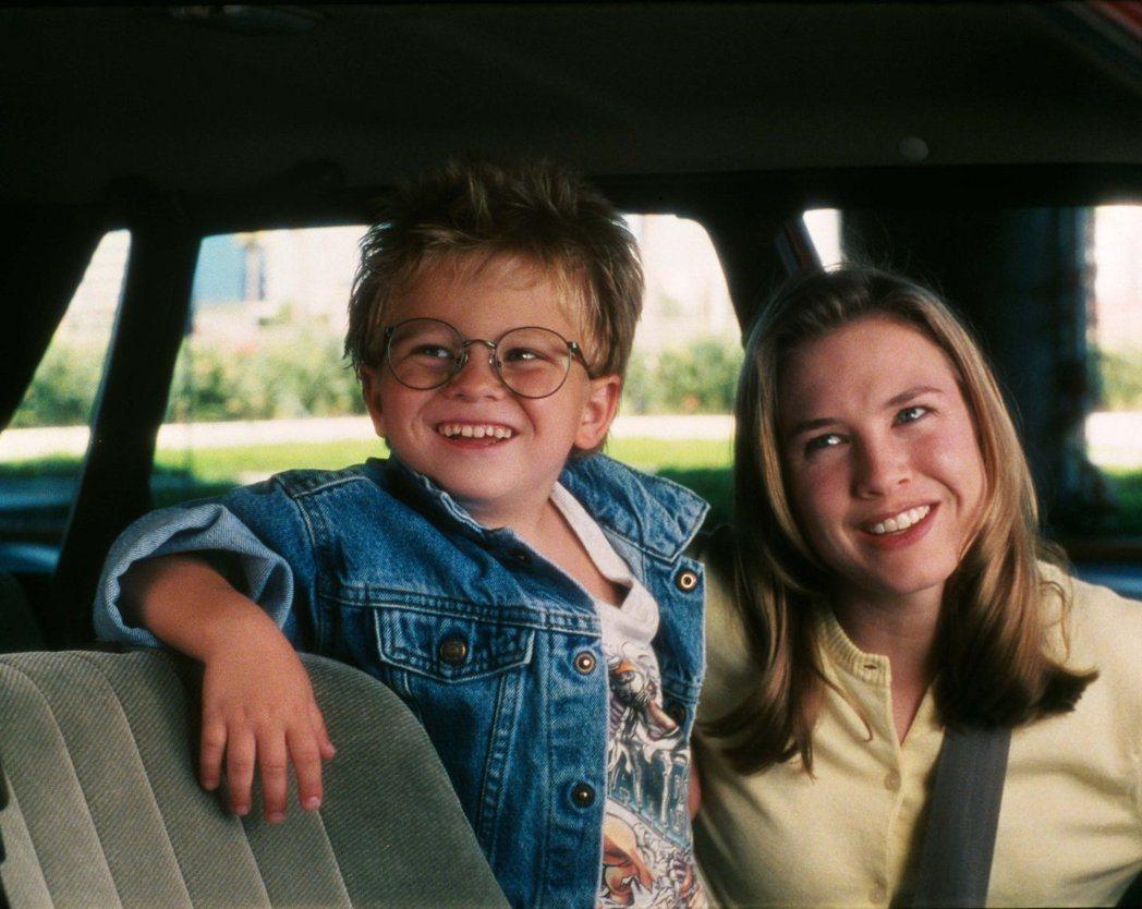 強納森利普尼基在「征服情海」演蕾妮茲薇格的兒子,模樣非常可愛。圖/摘自imdb
