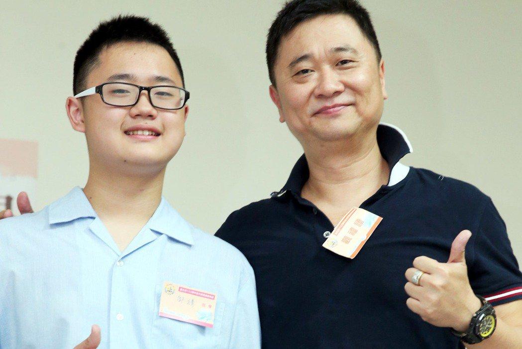 藝人邰智源(右)與兒子邰靖(左)。記者屠惠剛/攝影