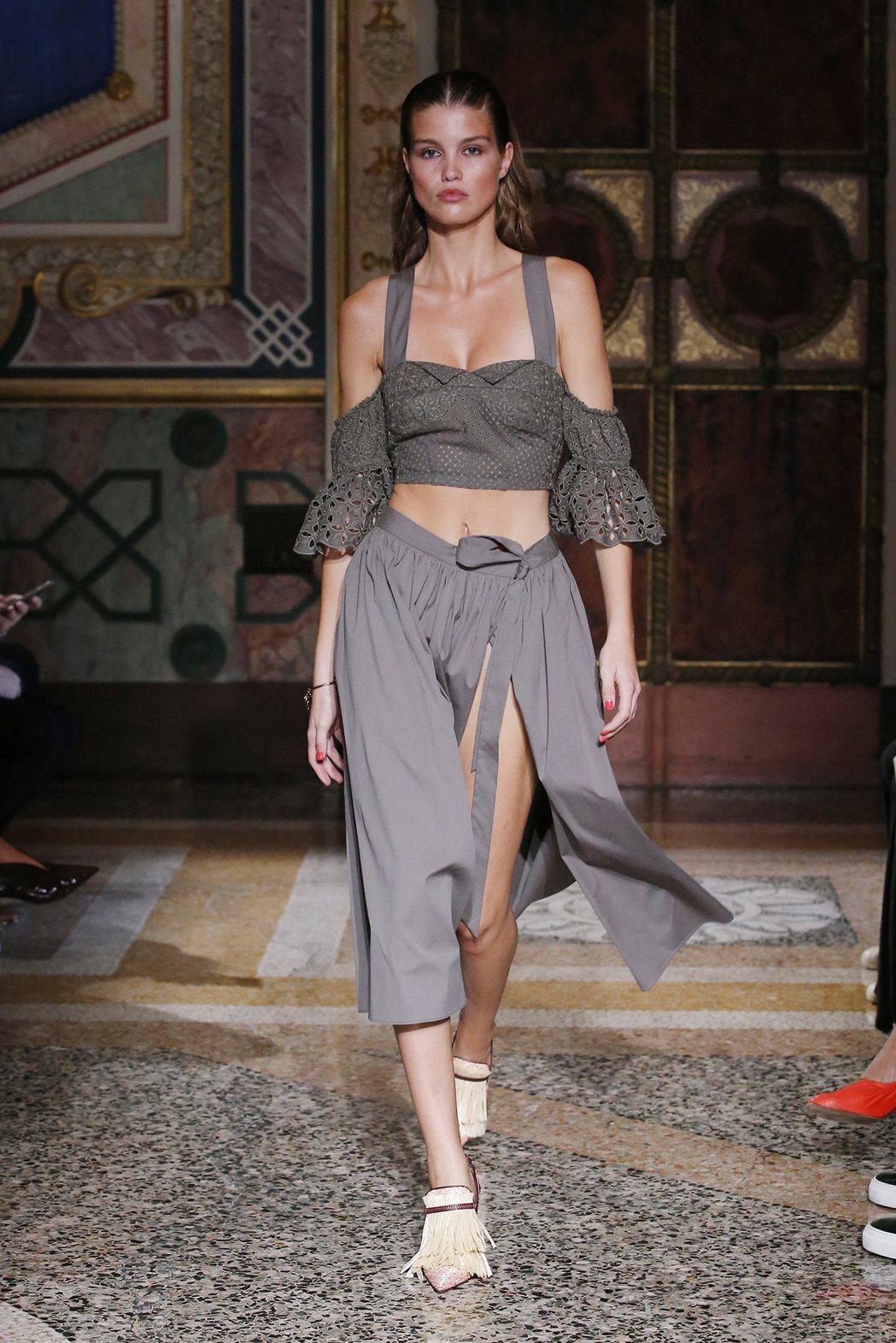 王心恬推薦的灰綠色洋裝,短版連身設計能同時展現出腰部曲線,不會太過裸露,但又帶點...