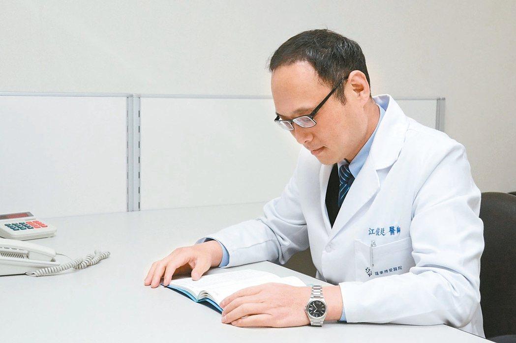 江俊廷罹病後學會跟自己獨處,閱讀就是其中之一。 圖/羅東博愛醫院提供