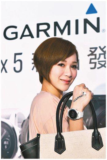 Garmin首度針對女性推出小尺寸腕表fenix 5S,並主打時尚大理石白色。 ...