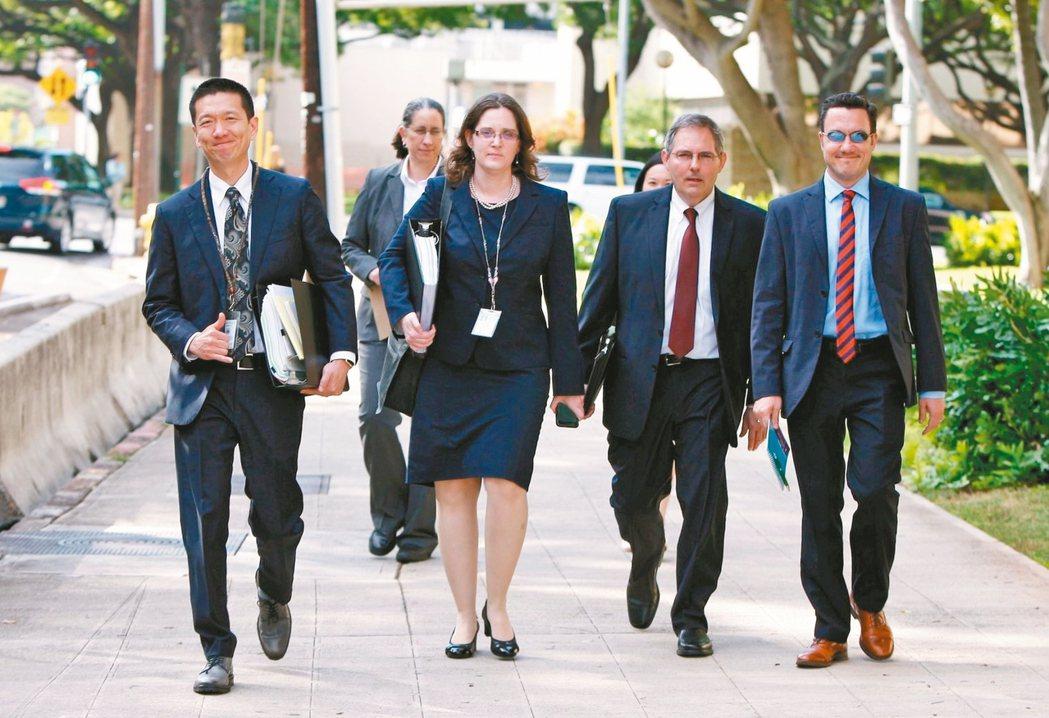 美國夏威夷州檢察長金士敬(左)十五日率員到檀香山的聯邦地區法院出庭陳述意見,成功...