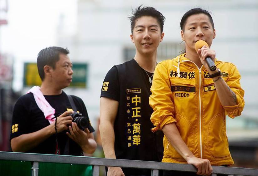 立委林昶佐(右)競選時的助理吳崢(中)時常陪林在外跑行程。  圖/吳崢提供
