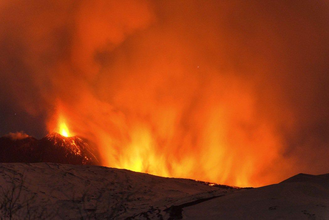 義大利埃特納火山(Etna)今天爆發,噴出的岩漿流入積雪因而引起強烈爆炸,將岩石...