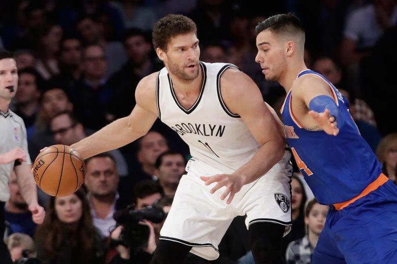 尼克中鋒厄南高梅茲(右)今天防守籃網中鋒洛培茲相當吃力。 美聯社
