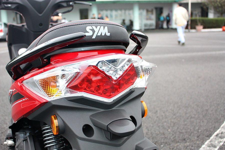 LED尾燈設計,尾燈部分以層層堆疊設計提升視覺感。 記者林和謙/攝影