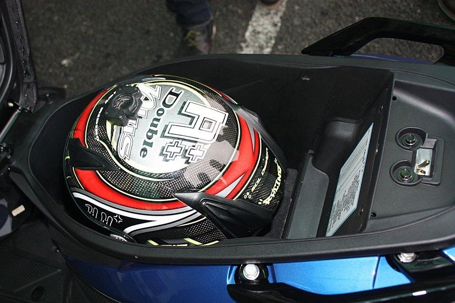 車箱可輕鬆放入四分之三安全帽,全罩式安全帽稍微調整一下角度也可放入,空間實用性不錯。 記者林和謙/攝影