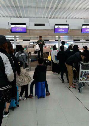 有網友在臉書社團「爆料公社」指出,今早在香港機場櫃檯前,有一名台灣男子因遲到櫃檯...