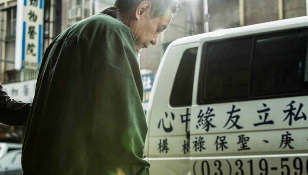 金馬影帝蔡振南在即將上檔的新戲「媽媽不見了」,飾演疾病纏身的被照顧者,在老婆突然...