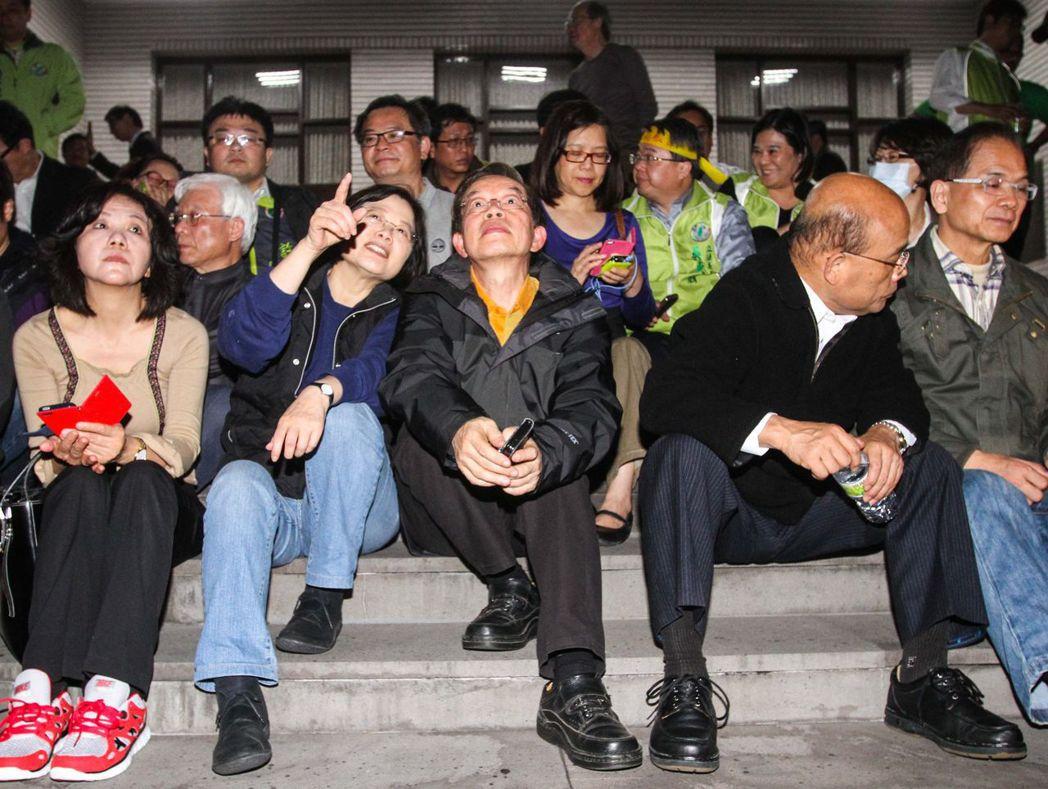 蔡英文(左二)曾到立院議場,表達對學運的支持。 報系資料照