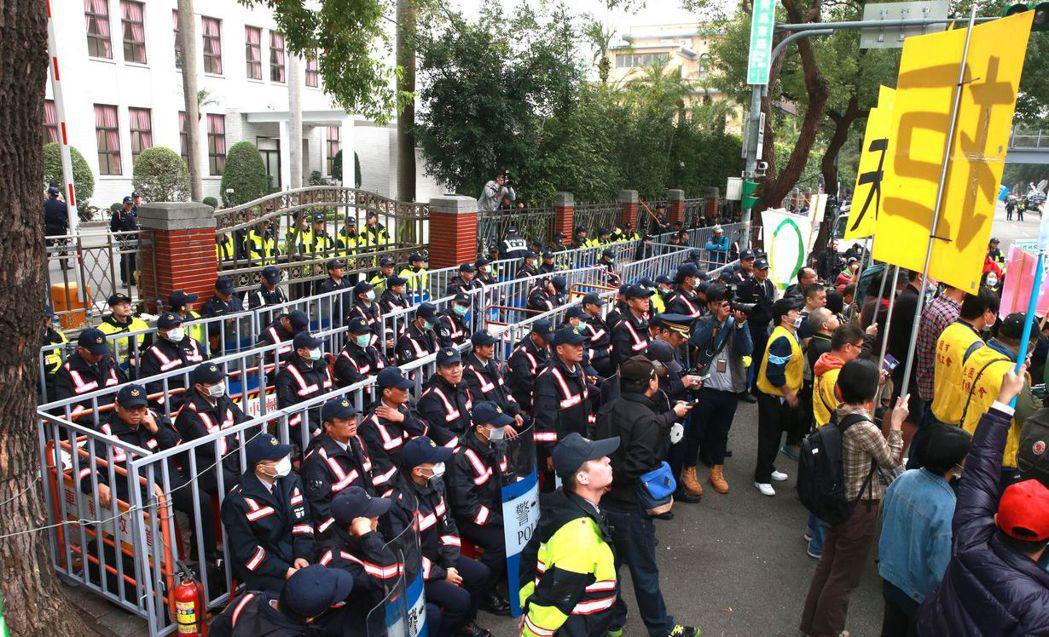 蔡政府上台,抗爭活動遍地開花,立法院擺出鐵桶陣。 報系資料照