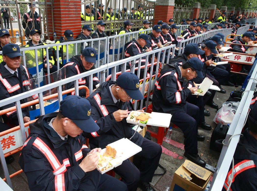 警察長期三餐不正常。圖為一例一休修法爭議時,大批警力駐守立法院,避免抗議民眾翻牆...