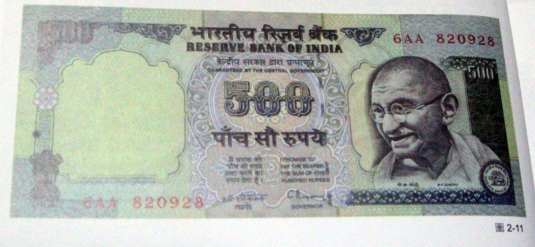 甘地是印度民族解放運動的偉大領袖,印度鈔票幾乎都印著甘地的肖像,可以想見印度民眾...