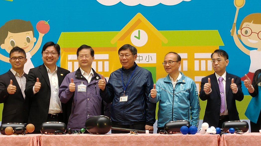 台北市長柯文哲(右3)今天與北市餐盒業者、北市各級學校家長聯合會代表合力將4種細...