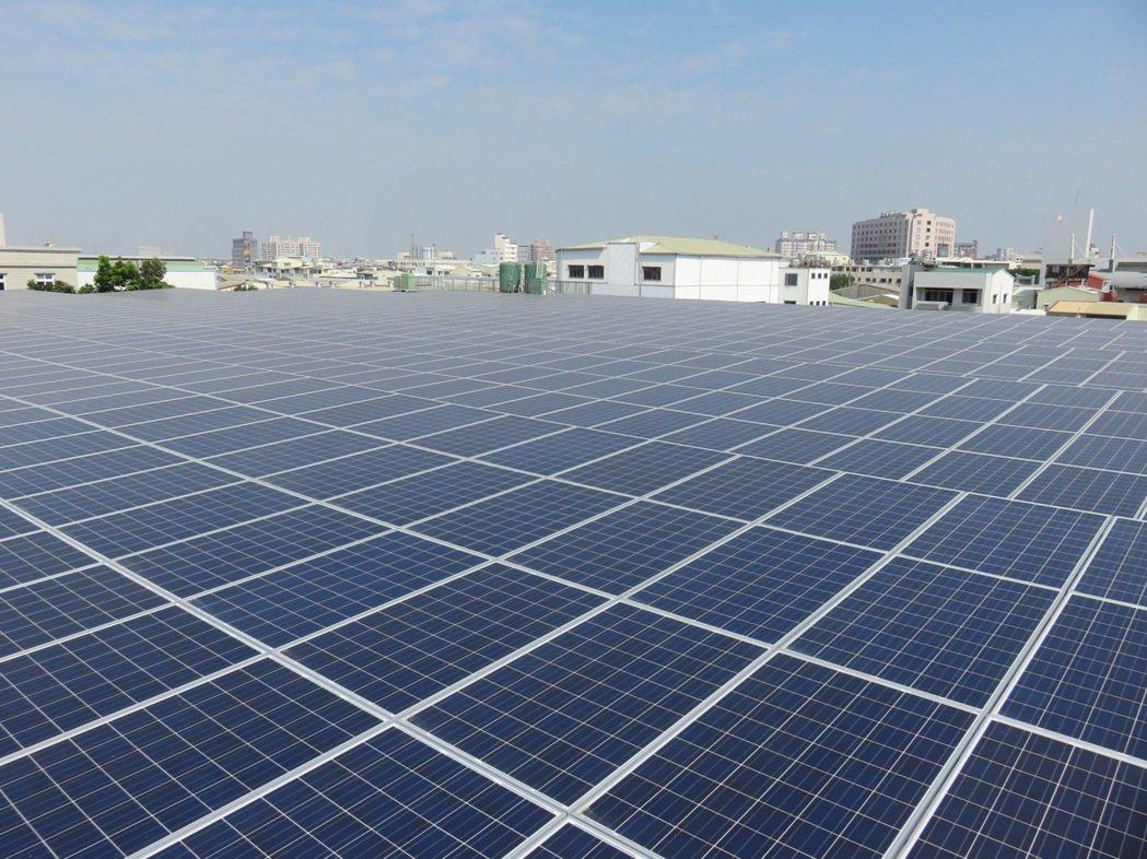 台南市政府積極推動太陽光電系統。圖/市府經濟發展局提供