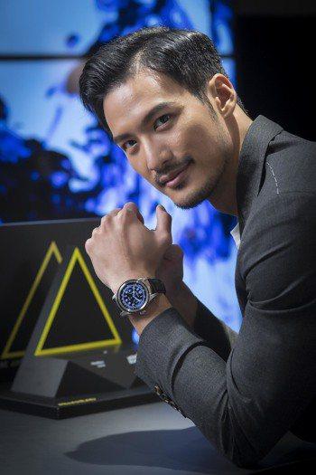 名模洪翊展以萬寶龍Summit智能腕表搭配正裝造型。圖/Montblanc提供