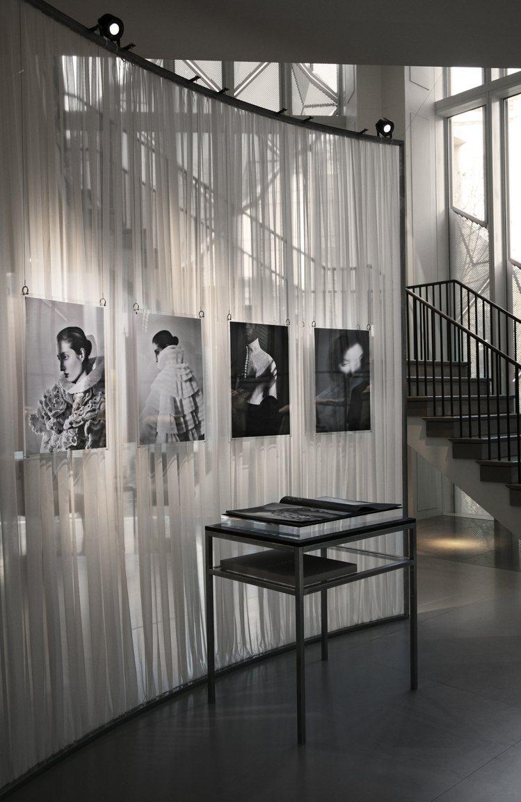 「披肩幻想曲」於首爾共展出22件。圖/BURBERRY提供