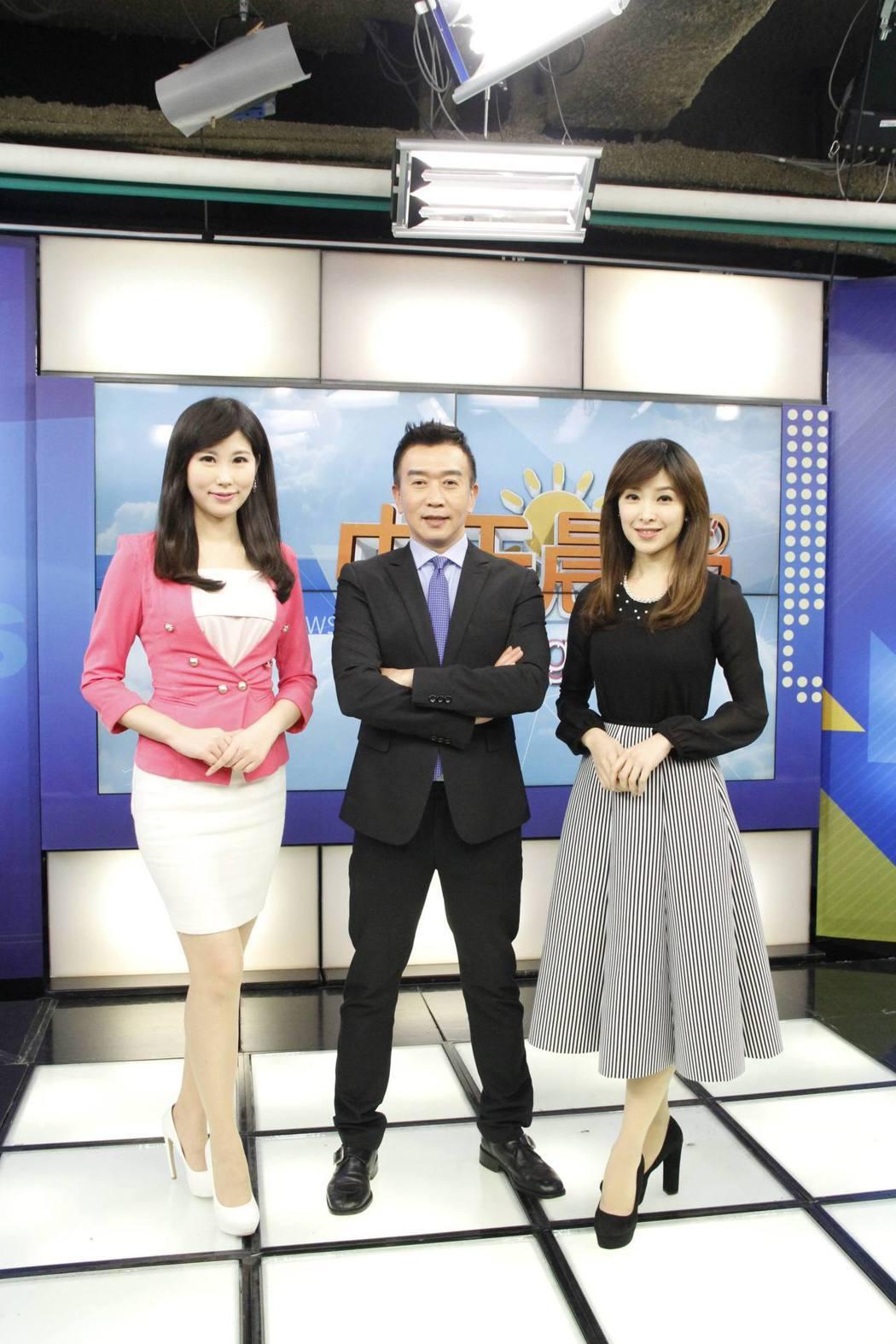 胡志成和張雅婷、劉盈秀搭檔播新聞。圖/中天電視台提供