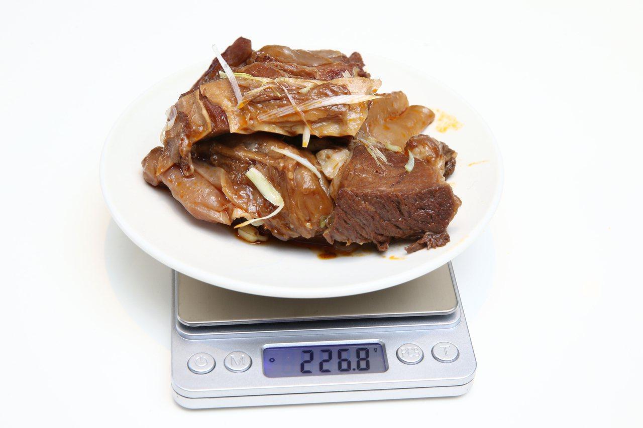 經實測君悅飯店雲錦中餐廳溫體牛肉麵總重量超過220公克。記者蘇健忠/攝影