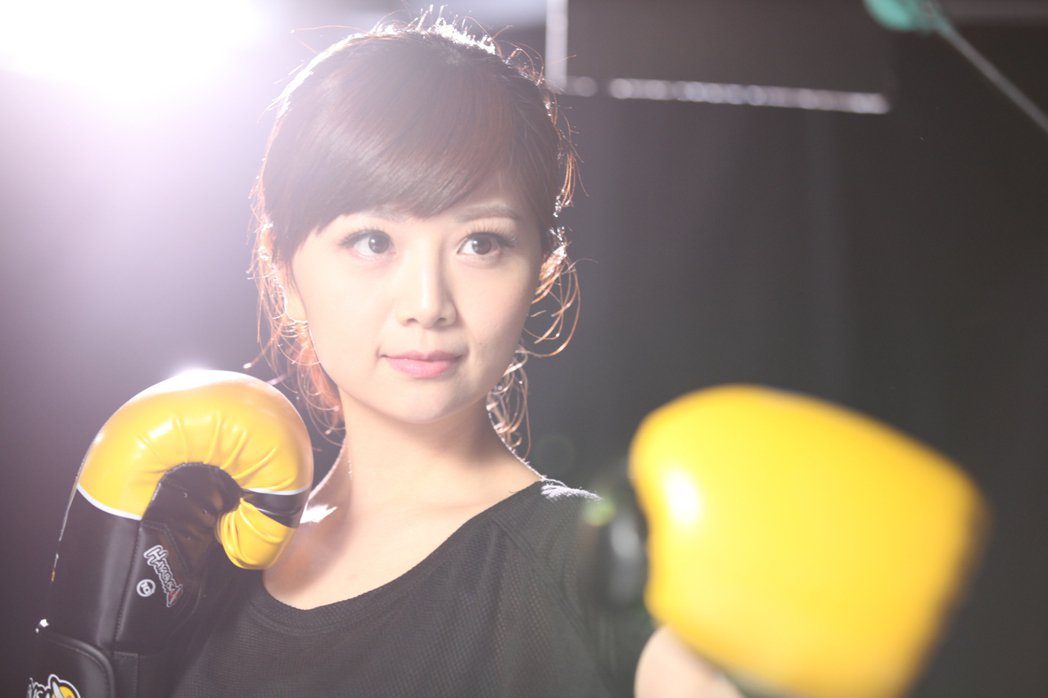東森主播韓佩穎展現出打拳霸氣的一面。圖/東森提供