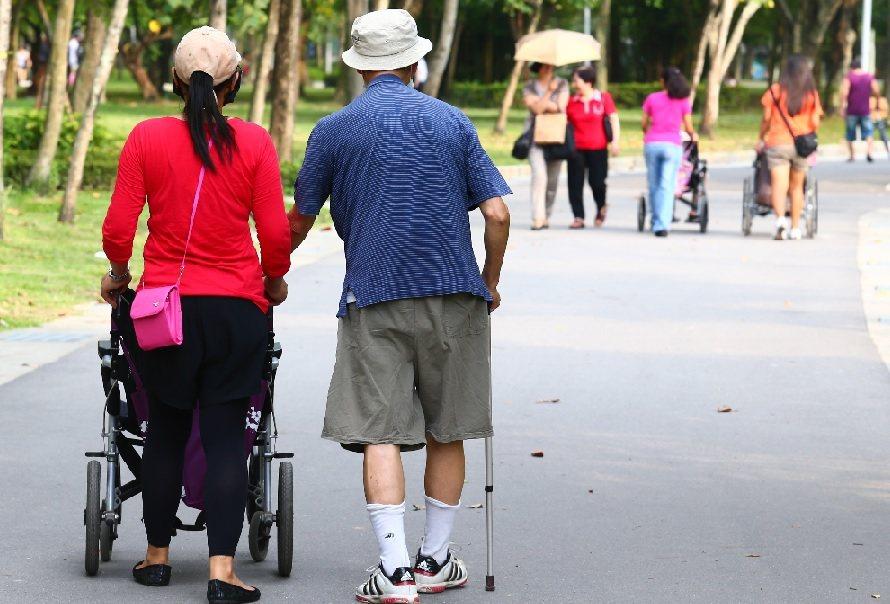 漫漫長長的長照路,儘量避免讓照護者處於無形或有形的壓力下。記者王騰毅攝影/報系檔...