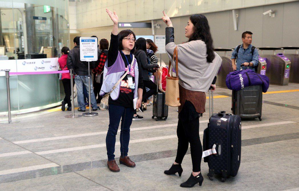 機捷通車不到一個月,「全台最大迷宮」仍未解,車站詢問處時時都有迷路的旅客來問路,...