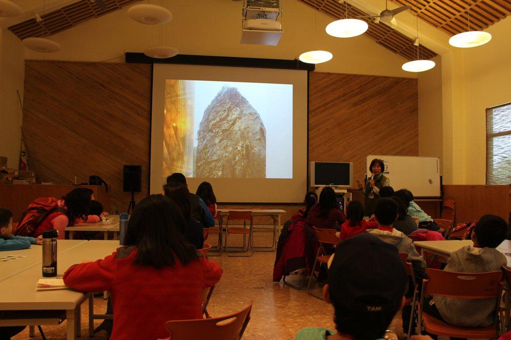 東眼山地質巡禮,出發前導覽志工會先安排簡單的室內解說。 記者張雅婷/攝影