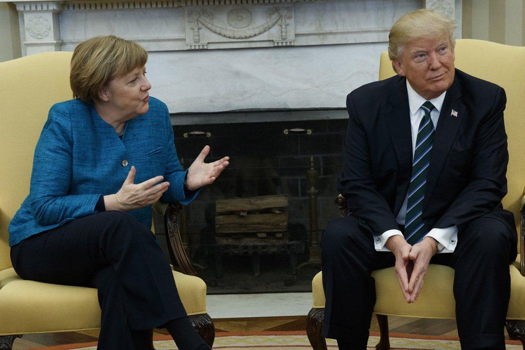 美國總統川普與德國總理梅克爾17日在白宮舉行會談,川普對梅克爾的握手提議充耳不聞...