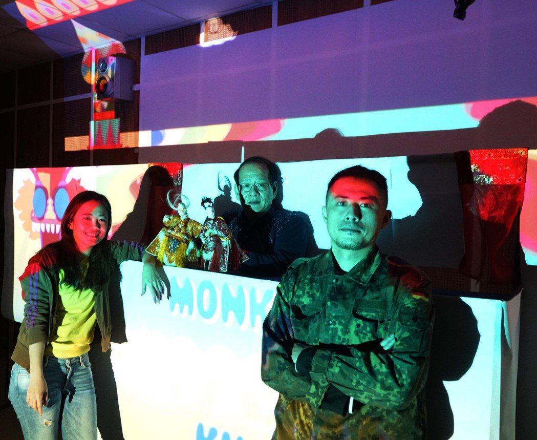 呂凱慈與掌中戲團「新興閣」合作的布袋戲「西遊記」,運用數位科技擴大傳統布袋戲的舞...