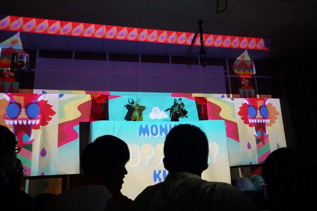 呂凱慈與掌中戲團「新興閣」合作的布袋戲「西遊記」,讓虛擬戲偶與實體戲偶互動。 圖...
