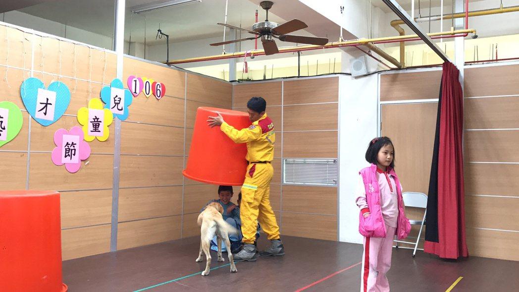 柯林找到學童後,開始吠叫。 記者劉星君/攝影