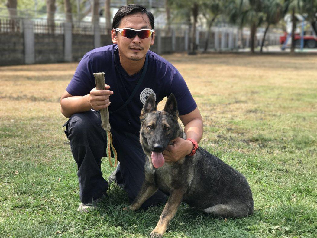 許斯傑花費心思帶領搜救犬「荷西」,今年3月參與國際認證,接連通過E級與A級,訓練...