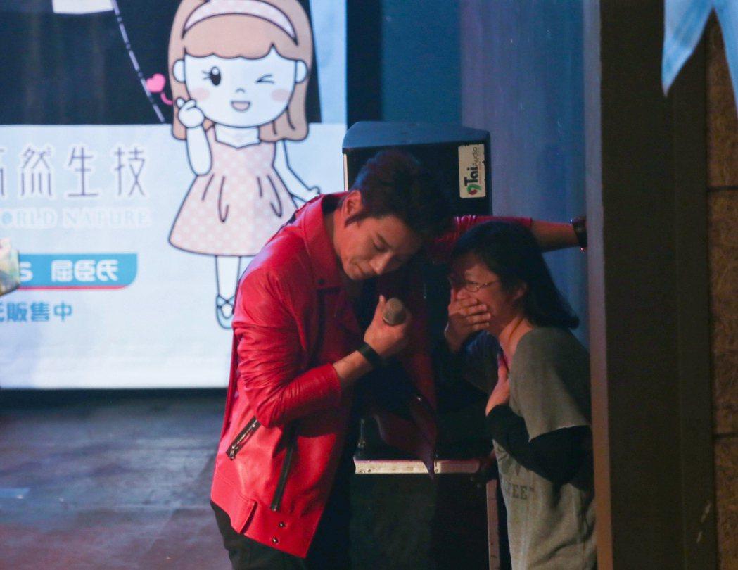 南韓歌手黃致列(左)二度來台,18日晚間應生技公司邀請,在台北舉辦歡樂派對,與粉...