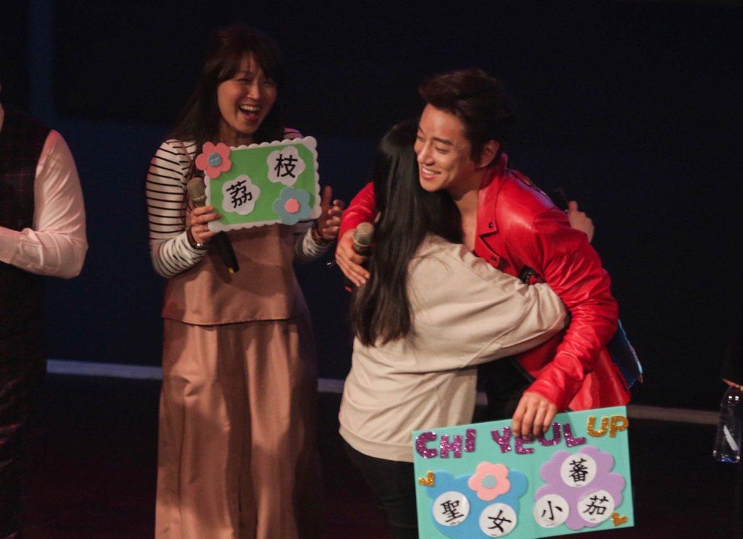 南韓歌手黃致列(右)二度來台,18日晚間應生技公司邀請,在台北舉辦歡樂派對,與粉