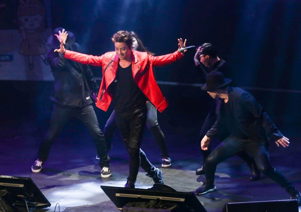 南韓歌手黃致列(中)二度來台,18日晚間應生技公司邀請,在台北舉辦歡樂派對開唱,...