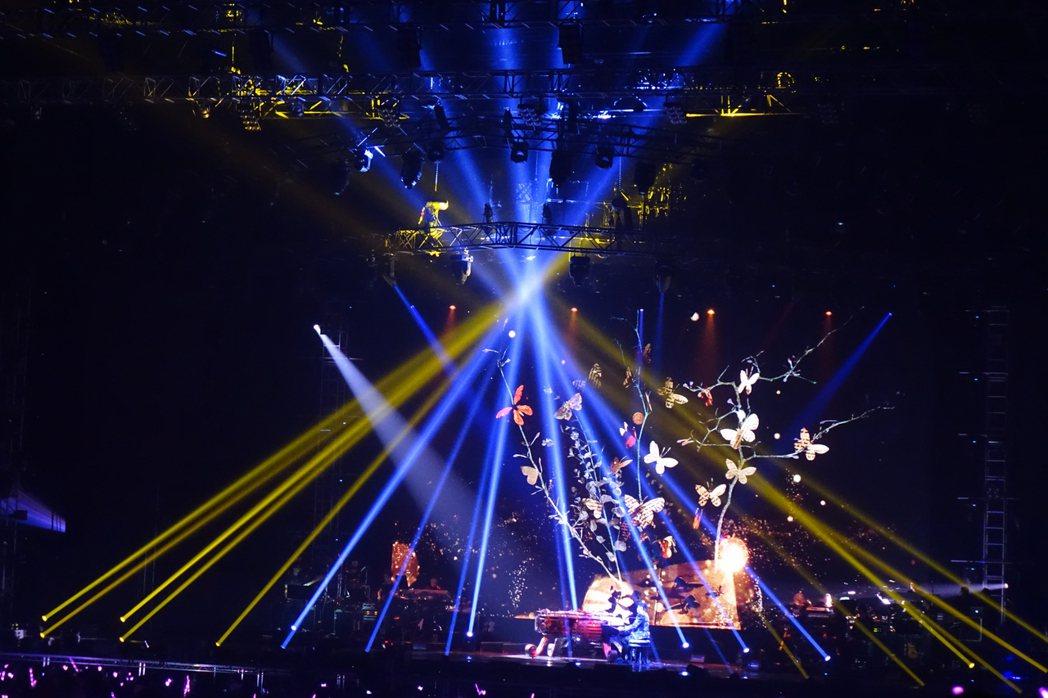 王周杰倫當地時間17日首度在英國倫敦開唱,熱情粉絲擠爆現場,多次全場大合唱。中央