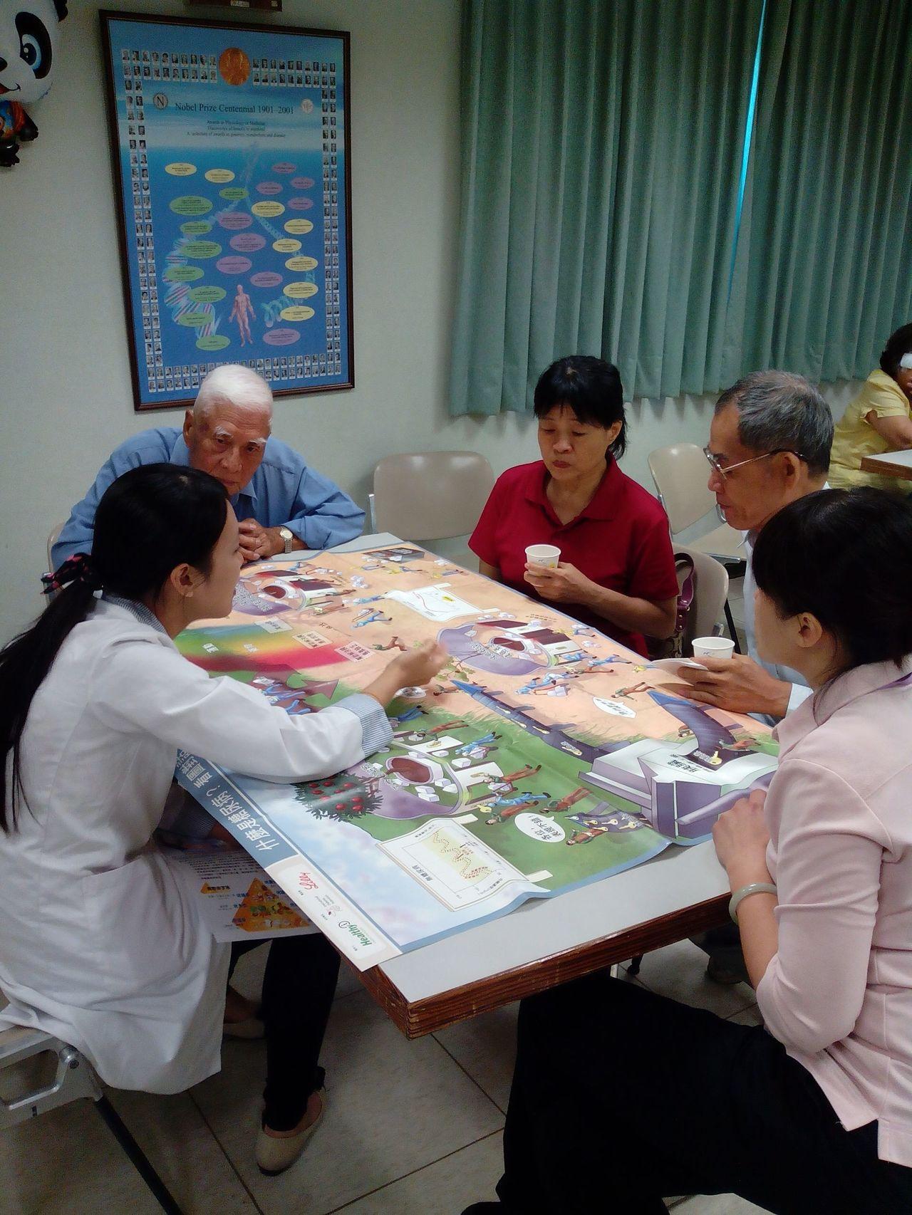 姜伯伯(左二)認真到鳳山醫院學習,給病妻最好的呵護。圖/鳳山醫院提供