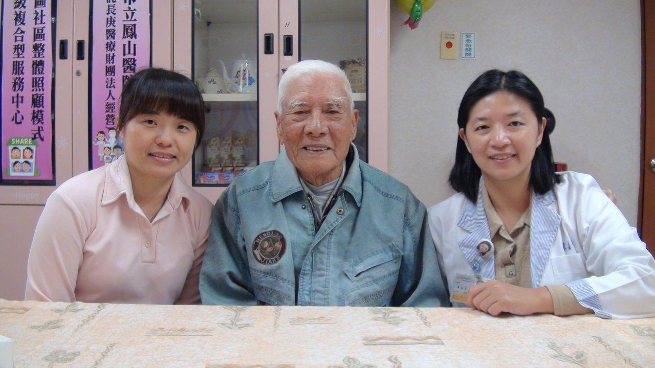 姜之發老伯伯 (中)在老伴離世的最末幾年,所幸獲得高雄長庚鳳山醫院居家護理人員的...