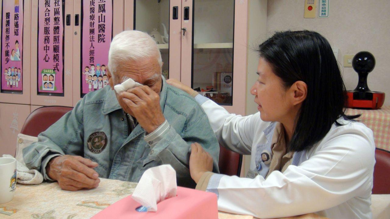 姜之發老伯伯(左)憶起照顧老伴的過往,仍不禁難過掉淚。記者王昭月/攝影