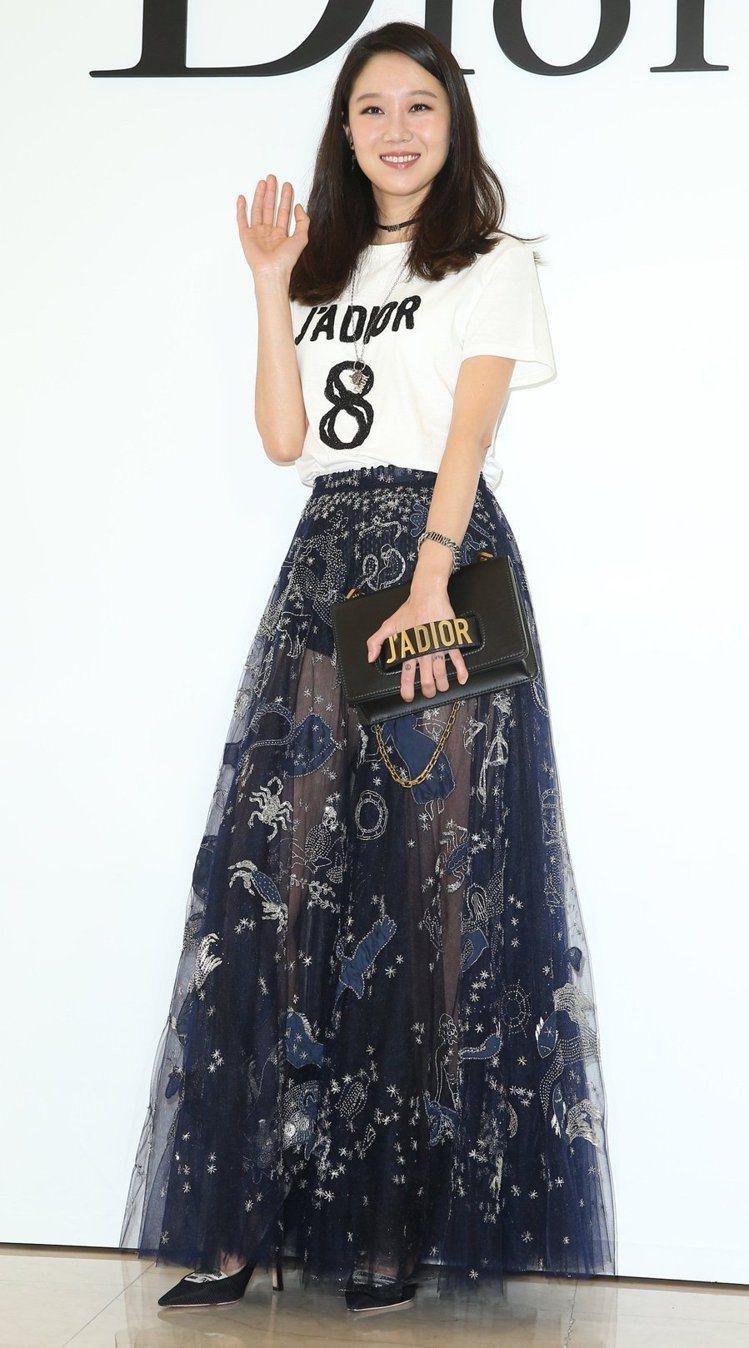 孔曉振在Dior微風廣場開幕活動中身穿藍色星座刺繡紗裙510,000元、JADI...