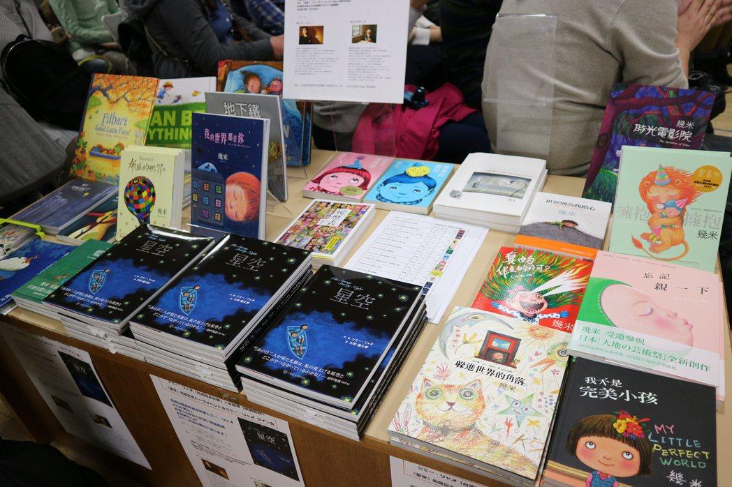 繪本作家幾米在東京新宿紀伊國屋書店舉辦「繪本與電影的對談」簽書會,現場也擺出了未...