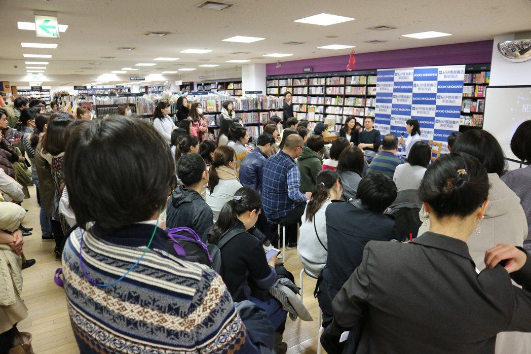 繪本作家幾米在東京新宿紀伊國屋書店舉辦「繪本與電影的對談」簽書會,吸引百人報名,...