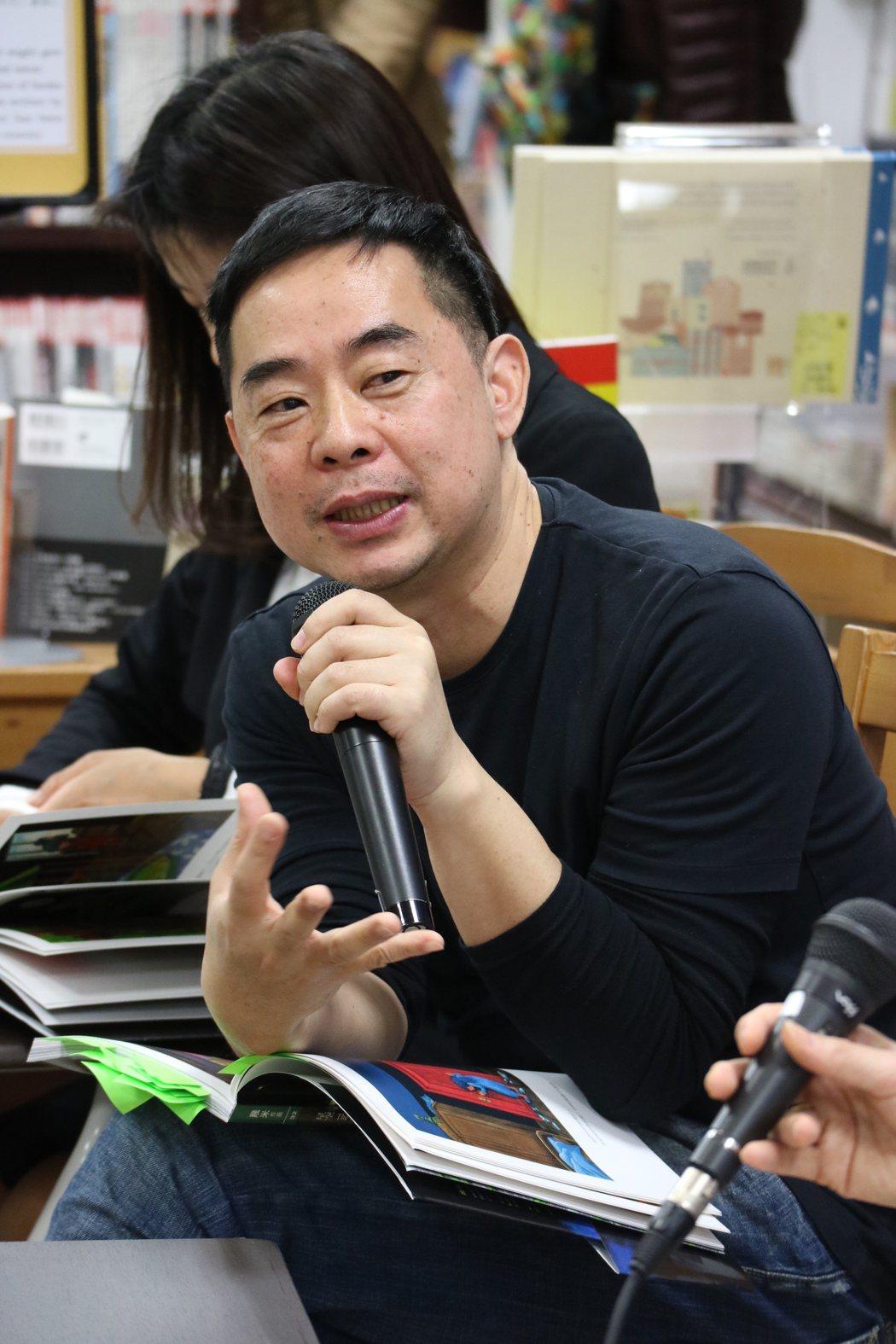 繪本作家幾米在東京新宿紀伊國屋書店舉辦「繪本與電影的對談」簽書會,他覺得繪本最大...