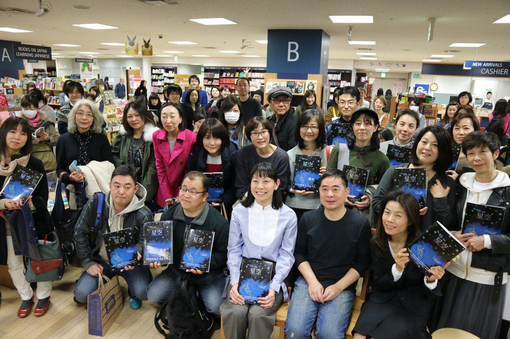繪本作家幾米十八日在東京新宿紀伊國屋書店舉辦「繪本與電影的對談」簽書會,吸引百人...