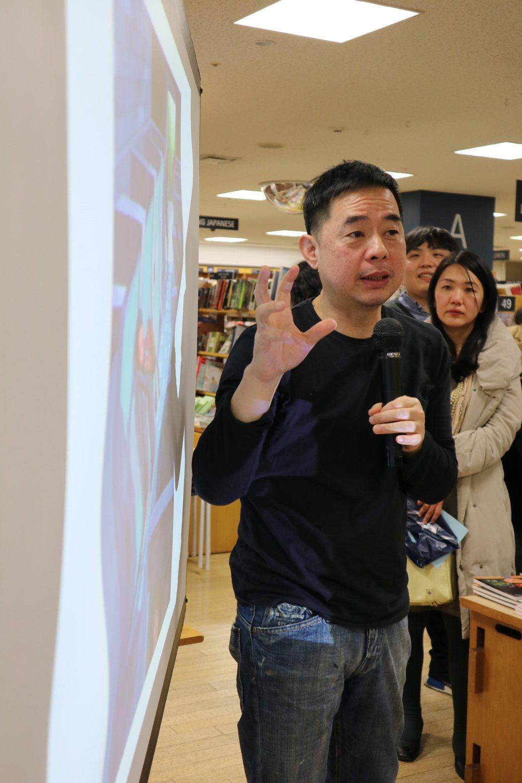 繪本作家幾米在東京新宿紀伊國屋書店舉辦「繪本與電影的對談」簽書會,講到熱絡處幾米...