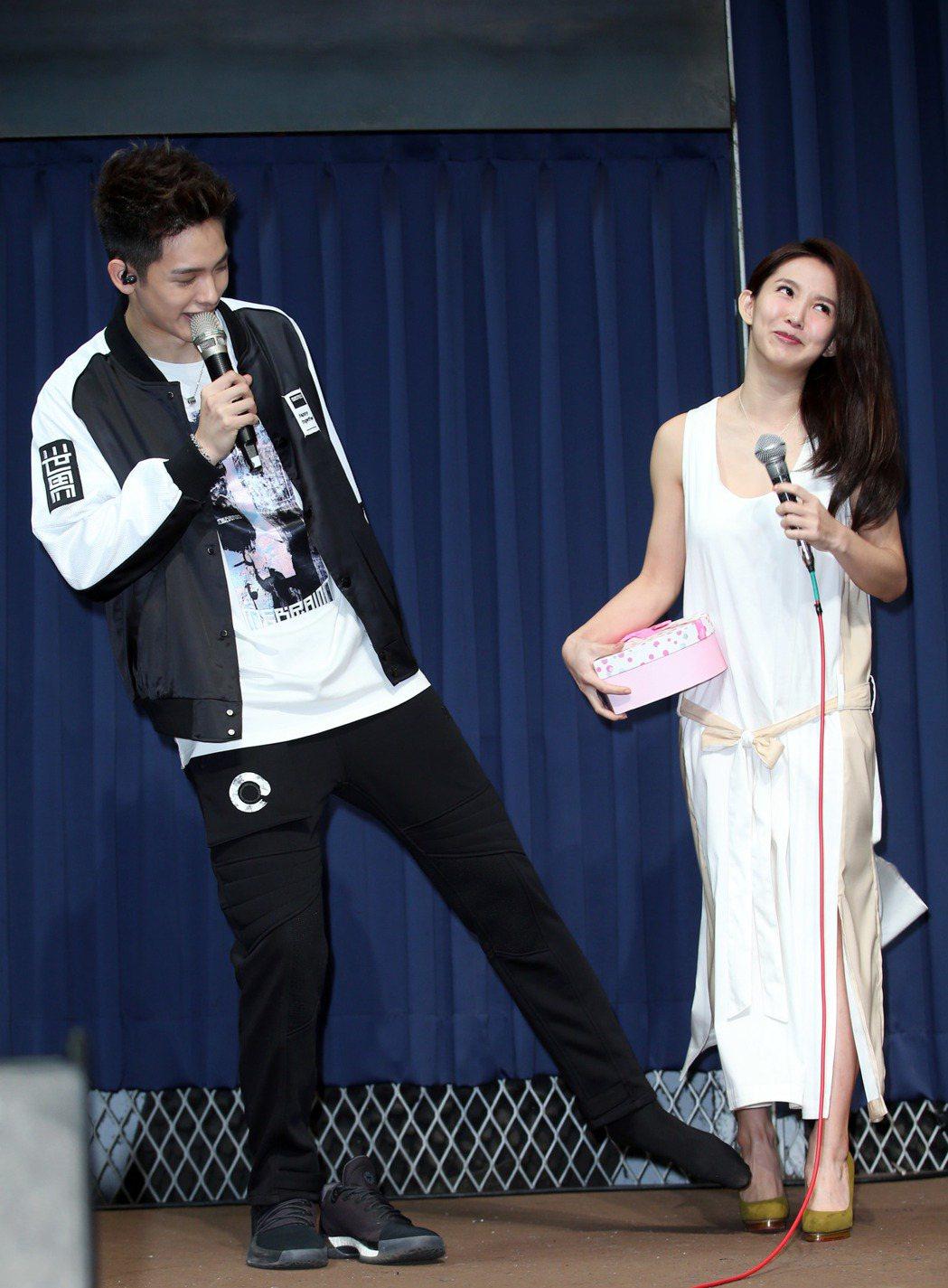 SpeXial以綸(左)21歲慶生會,郭書瑤贈禮祝福。記者陳瑞源/攝影
