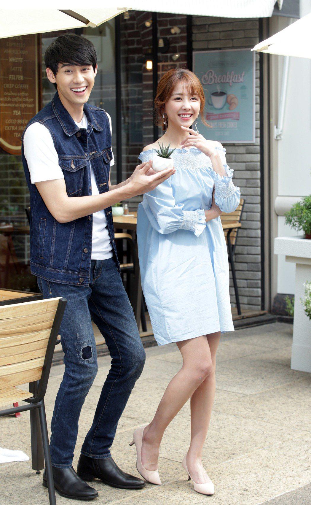 邵雨薇(右)與李玉璽合拍飲料廣告。記者陳瑞源/攝影